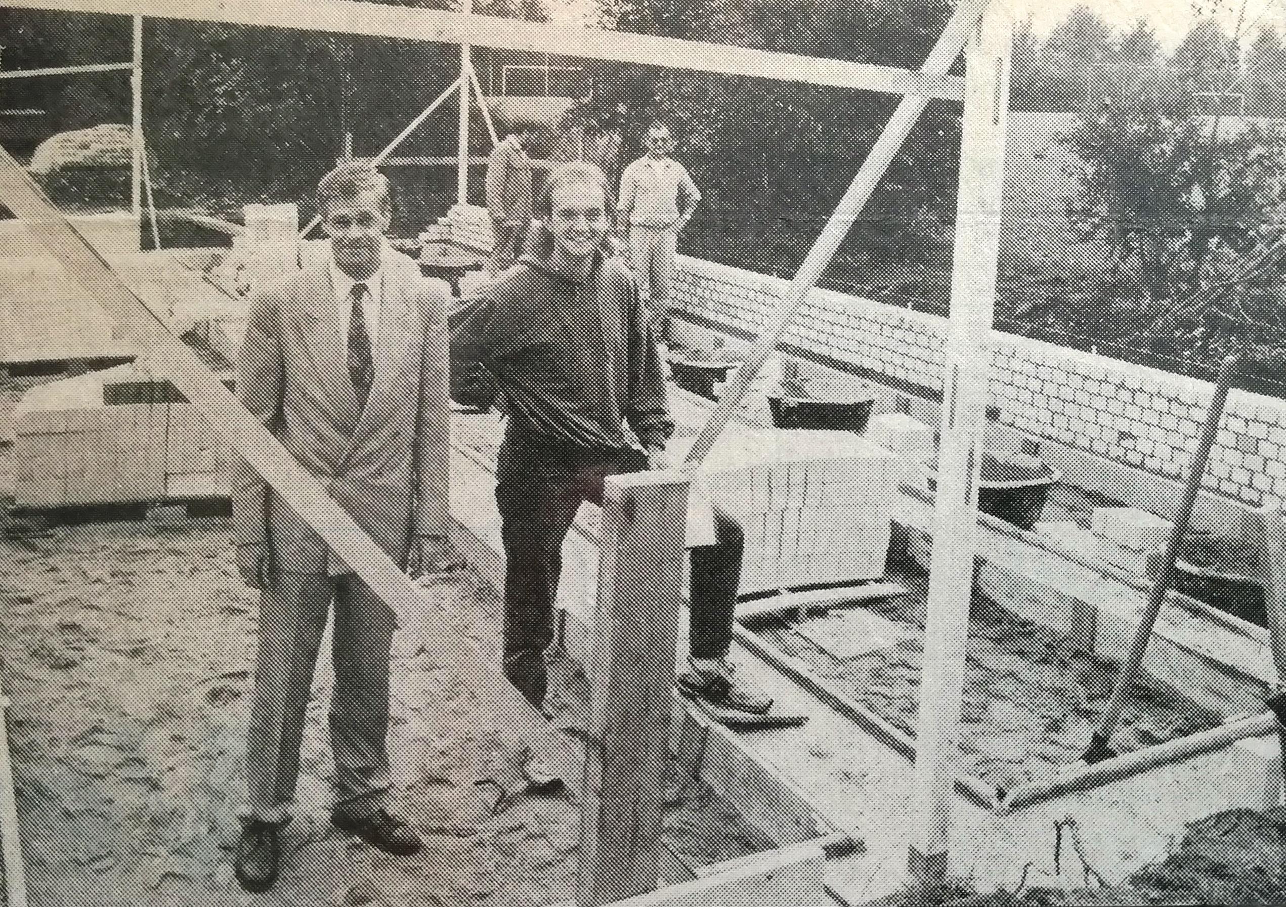 Bert Wansing (links in pak) met zijn trainer (Bert van Lith) bij het in aanbouw zijnde clubgebouw