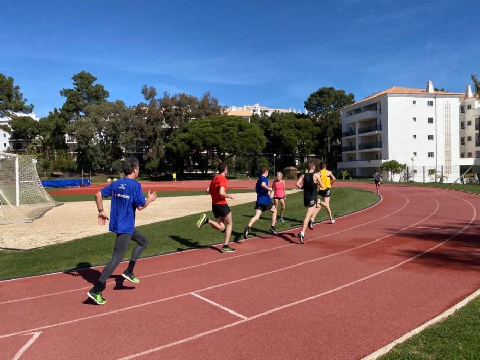 Training op de atletiekbaan van het hotel